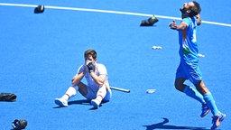 Frust beim deutschen Hockey-Nationalspieler Lukas Windfeder (l.) nach der 4:5-Niederlage im Spiel um Platz drei bei den Olympischen Spielen in Tokio © picture alliance/dpa Foto: Swen Pförtner
