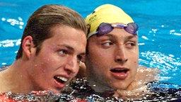 Der Niederländer Pieter van den Hoogenband (l.) jubelt über seinen Olympisieg im Finale über 200 Meter Freistil © picture-alliance / dpa