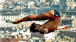 Der japanische Wasserspringer Isao Yamagishi hoch über der Stadt Barcelona © picture-alliance / dpa