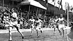 Stockholm 1912: Der Brite Arnold Nugent Strode-Jackson (l.) gewinnt den 1.500-m-Lauf der Herren. © picture-alliance / dpa
