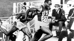 USA-Sprinter Jim Hines läuft über 100 m als erster durchs Ziel. © picture-alliance/ dpa