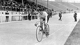 Radsportler Victor Johnson (Großbritannien), Goldmedaillengewinner  von 1908 über 660 yards (603,49 Meter) © picture-alliance/ dpa