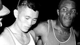 Zehnkämpfer Rafer Johnson (r.) ist mit 8.392 Punkten Sieger im Zehnkampf der Männer. © picture-alliance / dpa