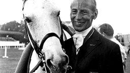 """Dressurreiter Josef Neckermann in Mexiko neben seinem Pferd """"Mariano"""" © picture-alliance/ dpa"""