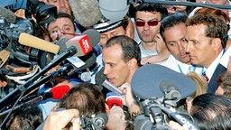 Der griechische Sprinter Kostas Kenteris bei einer Pressekonferenz zu seinem Startverzicht © picture-alliance / dpa