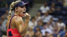 Angelique Kerber jubelt nach ihrem Halbfinalsieg bei den US Open. © dpa-Bildfunk Foto: Justin Lane