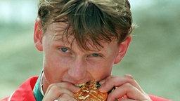 Gold schmeckt: Springreit-Olympiasieger Ulrich Kirchhoff (Lohne), erfolgreich im Einzel- und Mannschaftswettbewerb © picture-alliance / dpa