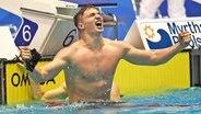 Der Hamburger Schwimmer Ramon Klenz bejubelt seinen DM-Erfolg über 200 Meter © imago/Matthias Koch Fotograf: Matthias Koch