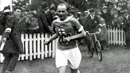 Der finnische Marathonläufer Hannes Kolehmainen beim Einlauf in das Stadion in Antwerpen in Belgien. © picture-alliance/ dpa