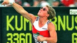 Bebrillt zum Olympia-Gold in Atlanta: Kugelstoß-Weltmeisterin Astrid Kumbernuss (Neubrandenburg) © picture-alliance / dpa Foto: Frank_Kleefeldt