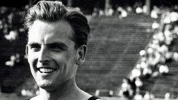 Der deutsche Werner Lueg freut sich über die Bronzemedaille im 1.500-m-Finale. © picture alliance / united archives