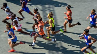 Philipp Pflieger (im orangen Trikot) beim Hamburg-Marathon © picture alliance / Axel Heimken Foto: Axel Heimken