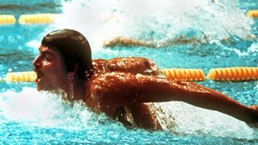 Der US-amerikanische Schwimmer Mark Spitz bei den Olympischen Schwimm-Wettbewerben in der Münchner Olympiahalle auf dem Weg zum Goldmedaillengewinn über 200 m Schmetterling. © picture-alliance / dpa