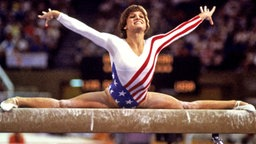 Die US-Amerikanerin Mary Lou Retton auf dem Barren © picture alliance / united archives