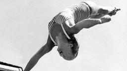 Helsinki 1952: USA-Wasserspringerin Patricia McCormick im Kunstspringen der Damen © picture-alliance / dpa