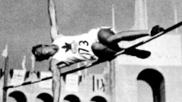 Die Aufnahme zeigt den Kanadier Duncan McNaughton beim olympischen Hochsprung 1932. © picture-alliance / dpa