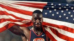 Michael Johnson (USA) nach seinem Olympia-Sieg auf 200 m in Atanta © ullstein bild - AP