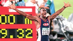 Michael Johnson (USA) nach seinem Olympia-Sieg auf 200 m in Atanta © picture-alliance / dpa