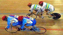 Der blinde Australier Ieran Modra (r.) und sein Pilot Short David übersprinten bei den Paralympics in Athen die Slowaken Juraj Petrovic (l.) und Vladislav Janovjak. Die Australier holen sich am 21.09.2004 Paralympics-Gold vor den Slowaken. Die blinden Radsportler fahren ihre Sprintrennen jeweils mit einem sehenden Piloten auf dem Tandem. © dpa - Sportreport