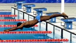 Solo-Start: Eric Moussambani aus Äquatorial-Guinea springt ins Becken © picture-alliance / dpa