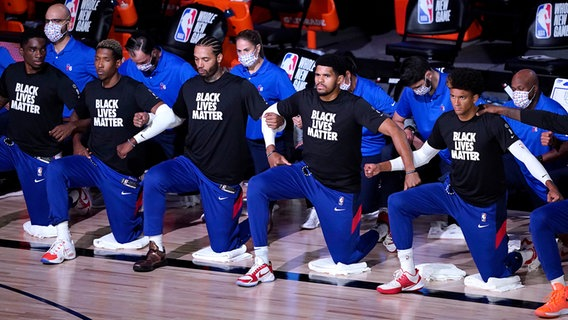 "Profis des NBA-Clubs Philadelphia 76ers knien zu Ehren der ""Black Lives Matter""-Bewegung. © picture alliance / ASSOCIATED PRESS 