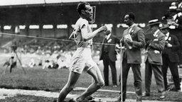 Der finnische Läufer Paavo Nurmi (l) siegt bei der Olympiade 1924 in Chamonix bei Paris im 1500-Meter-Lauf. © ullstein bild - ullstein bild