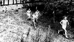 Vier Läufer beim olympischen Geländelauf über 10.000 m in Paris © picture-alliance/ dpa