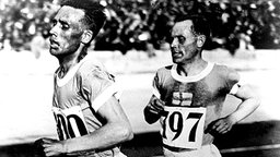 Der Finne Paavo Nurmi (r.) und seinen Landsmanne Ville Ritola beim 10.000-m-Lauf © picture-alliance/ dpa