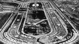 Die Reproduktion einer Aufnahme aus dem Jahre 1932 zeigt das in den Hügeln von Los Angeles errichtete Olympische Dorf. © picture-alliance / dpa
