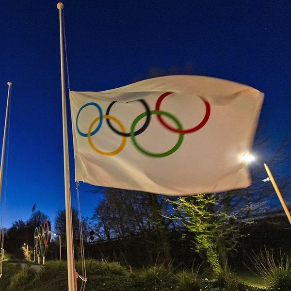 Die olympische Flagge weht am Eingang des Internationalen Olympischen Komitees | picture alliance/dpa/KEYSTONE