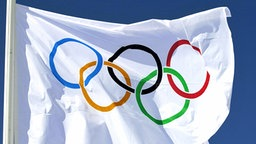 Die Olympiaflagge, im Wind wehend © picture-alliance/ dpa