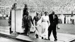 Die deutsche Studentin Barbara Rotraut Pleyer wird bei der Eröffnungsfeier der Olympischen Spiele 1952 in Helsinki abgeführt. © imago/ND-Archiv