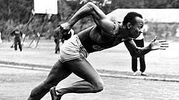 Jesse Owens (USA), vierfacher Olympiasieger 1936 in Berlin, Startübungen beim Training im Olympischen Dorf in Döberitz © ullstein bild - ullstein bild