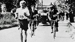 London 1908: der italienische Marathonläufer Pietri Dorando auf dem Weg zum Ziel © ullstein bild - Roger Viollet