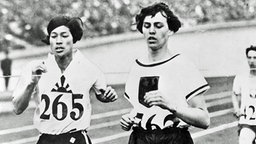 Lina Radke-Batschauer (Karlsruhe, vorn) bei ihrem 800-m-Goldlauf vor Kinue Hitomi (Japan) © ullstein bild - ullstein bild