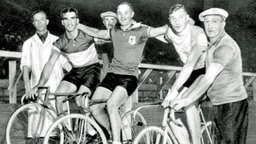 Die Medaillengewinner des 1.000-m-Sprint der Männer: Jacobus van Egmond (Gold/ Niederlande), Louis Chaillot (Silber/ Frankreich) und  Bruno Pellizzari (Bronze/ Italien) © picture-alliance / dpa