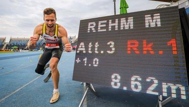 Markus Rehm bejubelt seinen Weltrekord-Weitsprung über 8,62 Meter. © IMAGO / Beautiful Sports