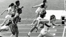 Nach Weltrekord im Halbfinale (11,01 sec.) Gold im 100-m-Endlauf von Montreal: Annegret Richter (Dortmund) vor Renate Stecher (Jena) © ullstein bild - Sven Simon