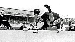 Ringer Verner Weckman (u.) aus Finnland im siegreichen Finalkampf gegen Landsman Yrjo Saarela © picture-alliance/ dpa