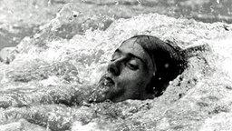 Olympiasieger Roland Matthes (DDR) über 200 m Rücken © picture-alliance / dpa