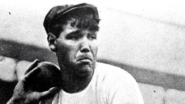 Verwegener Blick, modische Kopfbedeckung: Kugelstoß-Olympiasieger Ralph Rose (USA) © picture alliance / united archives