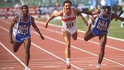 Zieleinlauf über 400 m Hürden bei der WM 1987 in Rom: Danny Harris, Harald Schmid, Edwin Moses (v.l.n.r.) © picture-alliance / Sven Simon