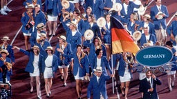 Fahnenträger Arnd Schmitt bei den Spielen 1996 in Atlanta © DPA