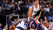 Dennis Schröder (v.) in der NBA im Duell mit Dirk Nowitzki © picture-alliance Foto: Larry W. Smith