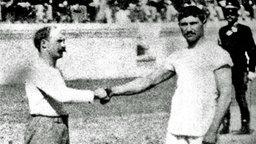 Ringer-Olympiasieger (1896) Carl Schuhmann (l.) und sein Final-Gegner, der Grieche Antonios Tsitas. © picture-alliance / dpa