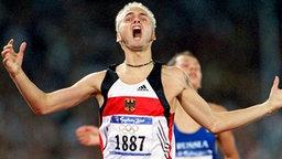 Schier ungläubiger Jubel: Mittelstreckler Nils Schumann (Großengottern) bei seinem Sensations-Olympiasieg von Sydney über 800 m © picture-alliance / dpa