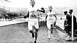 Der Amerikaner Melvin Sheppard (l.) holt Olympiagold über 1.500 m in London 1908 © picture-alliance / akg-images