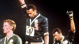 """Black Power""-Bewegung: die Amerikaner Tommie Smith (M.) und John Carlos (r.) © picture-alliance/ dpa"
