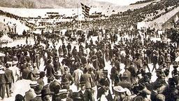 Besucher strömen im April 1896 ins Kalimarmaro-Stadion von Athen. © picture-alliance / ASA