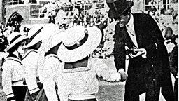 Der schwedische Kronprinz Gustav Adolf überreicht der deutschen Damen-Staffel über 4x100 m Freistil die Silbermedaille. © picture-alliance / akg-images